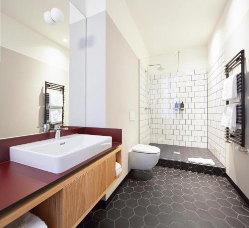 A bathroom at Melter Hotel & Apartments - a Neighborhood Hotel