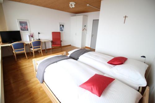 Ein Bett oder Betten in einem Zimmer der Unterkunft Hotel Kurhaus am Sarnersee