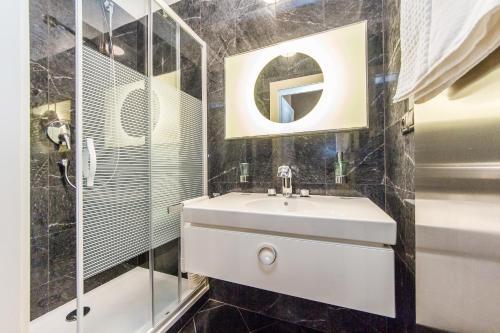 A bathroom at Art-Nouveau