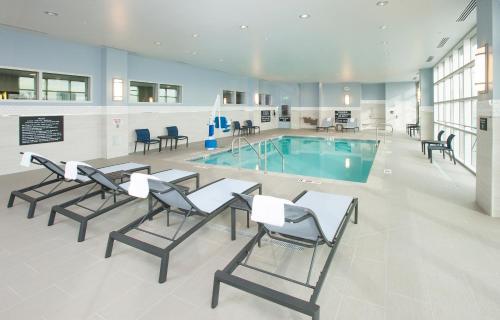 The swimming pool at or near Hampton Inn & Suites LAX El Segundo