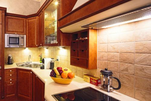 A kitchen or kitchenette at Calliope Apartments