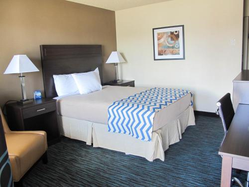 A bed or beds in a room at Travelodge by Wyndham Aberdeen