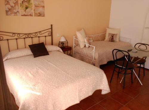 """Cama o camas de una habitación en Hostal Restaurante """"El Cercao"""""""