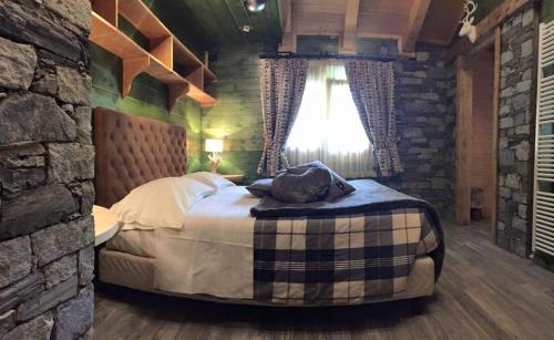 A bed or beds in a room at Hotel Letterario Locanda Collomb