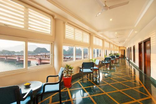 Un restaurante o sitio para comer en Ganga Lahari by Leisure Hotels