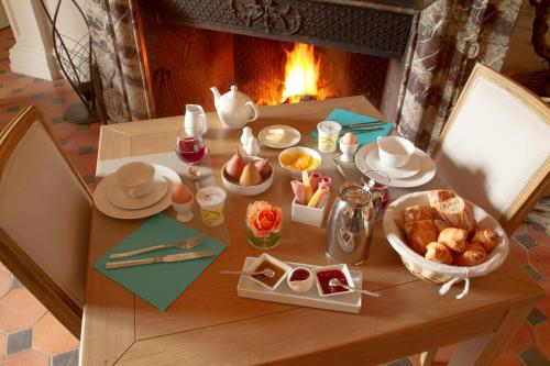 Breakfast options available to guests at Château de Perreux, The Originals Collection (Relais du Silence)