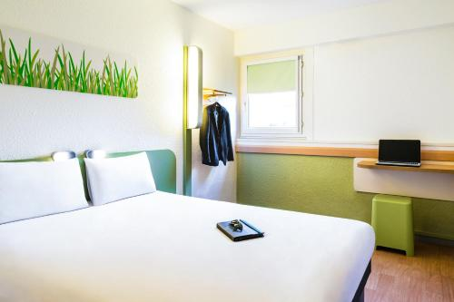 A bed or beds in a room at ibis budget Toulouse Centre Gare
