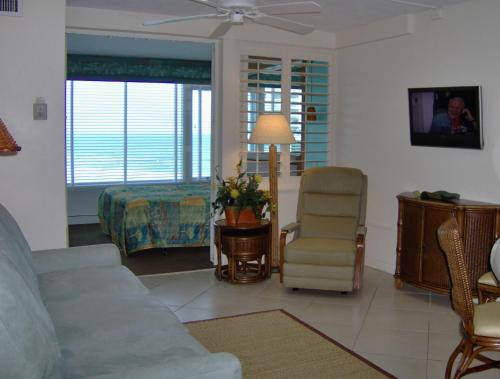 A seating area at Islander Beach Resort - New Smyrna Beach