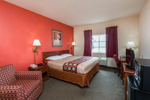 A bed or beds in a room at Super 8 by Wyndham St Robert Ft Leonard Wood Area