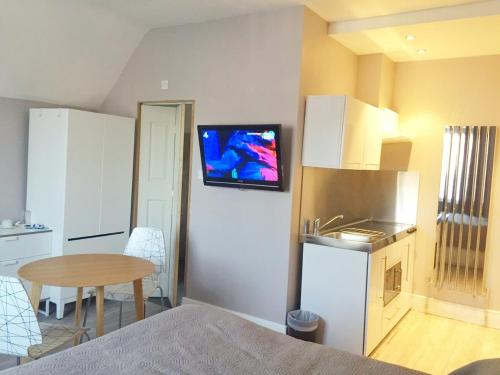 A kitchen or kitchenette at Avis Hotel