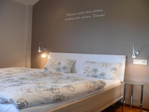 Ein Bett oder Betten in einem Zimmer der Unterkunft Ferienweingut Wolfgang Adamy