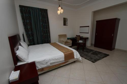Cama ou camas em um quarto em Raoum Inn Shaqra