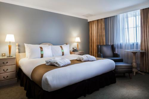 A bed or beds in a room at Holiday Inn London Sutton, an IHG Hotel
