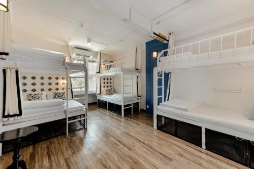 A bunk bed or bunk beds in a room at The Quarter Bangkok Ratchathewi