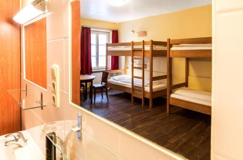 Ein Etagenbett oder Etagenbetten in einem Zimmer der Unterkunft Euro Youth Hotel Munich