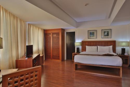 A bed or beds in a room at Crown Regency Hotel & Towers