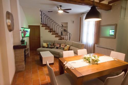 Un restaurante o sitio para comer en Casa Rural El Riberer