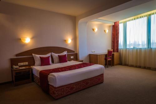 Кровать или кровати в номере Hotel Sevlievo Plaza