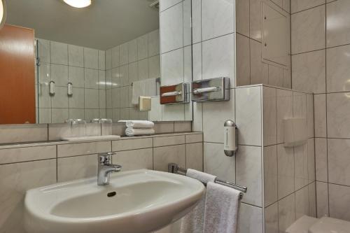 A bathroom at H+ Hotel Darmstadt