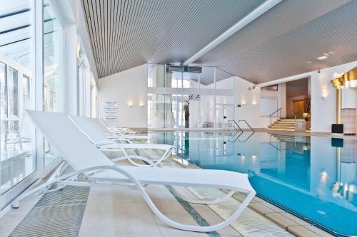 Бассейн в MONDI Resort Oberstaufen или поблизости
