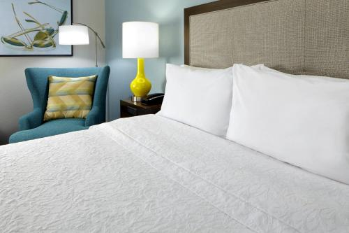 A bed or beds in a room at Hampton Inn Orlando Near Universal Blv/International Dr