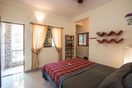 A bed or beds in a room at The Noname Guesthouse