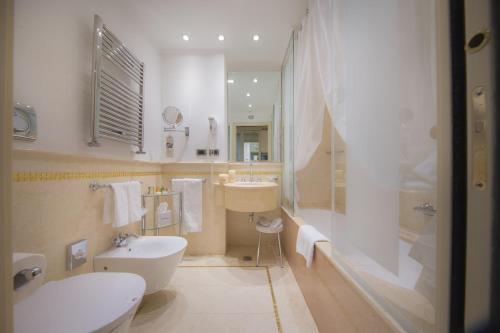 حمام في فندق أ لا كوميديا