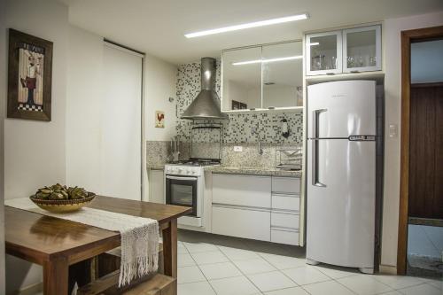 A kitchen or kitchenette at Apt. Enseada Praia do Forte