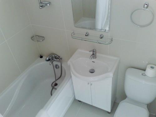 Een badkamer bij Hilltop Gardens Hotel Apartments