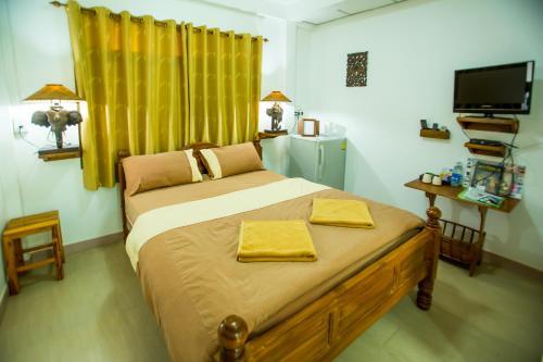 A bed or beds in a room at Baan Tebpitak Elegant Ayotthaya
