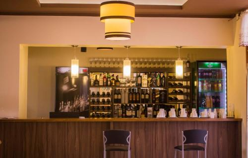 La sala de estar o bar de Azul Hotel & Spa
