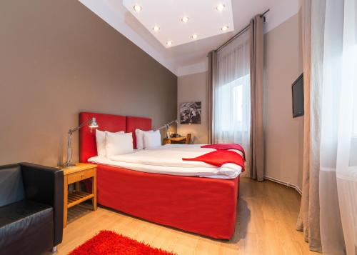 A bed or beds in a room at Hotell Stadsparken