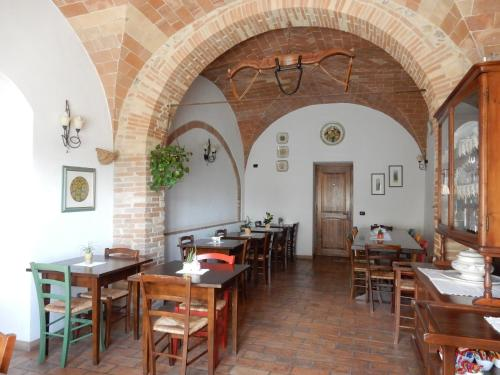 A restaurant or other place to eat at Agriturismo Il Casolare Di Bucciano