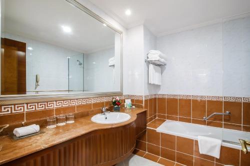 Ванная комната в Grand Excelsior Hotel - Bur Dubai