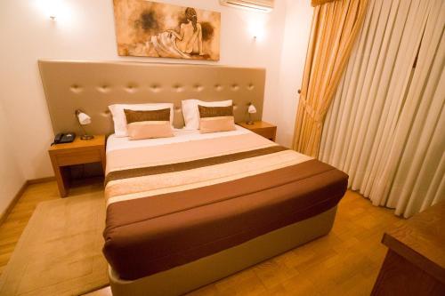 A bed or beds in a room at Hotel Estalagem Turismo