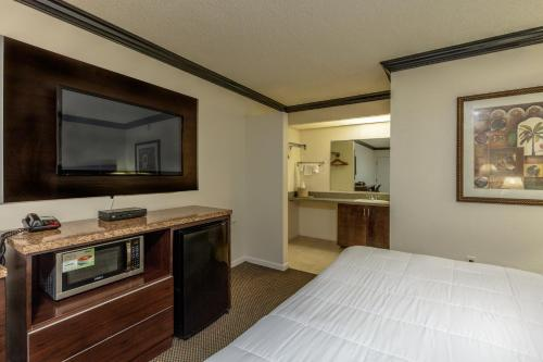 A kitchen or kitchenette at Budget Host Inn Florida City