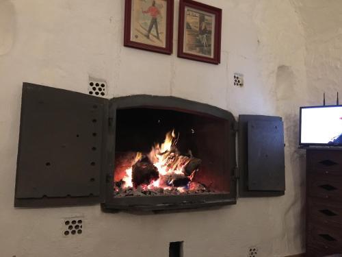 Una televisión o centro de entretenimiento en Casas Cueva La Tala