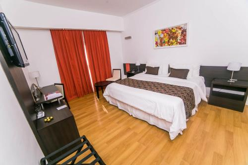 A bed or beds in a room at Amérian Villa Maria Park Hotel