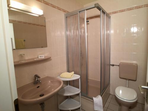 A bathroom at Hotel & Restaurant Zur Spreewälderin