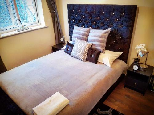 A bed or beds in a room at Park View Luxury Apartments