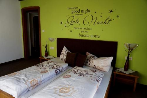 Ein Bett oder Betten in einem Zimmer der Unterkunft Apart Landhaus Zangerl