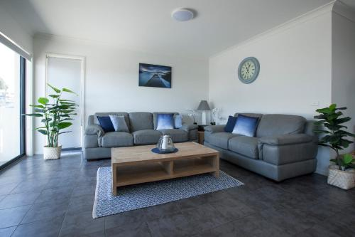 A seating area at Mollymook Luxury Beachfront Apartment 3