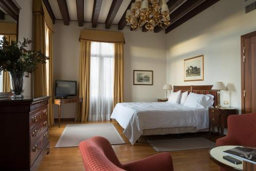 A bed or beds in a room at Hotel Villa Cipriani