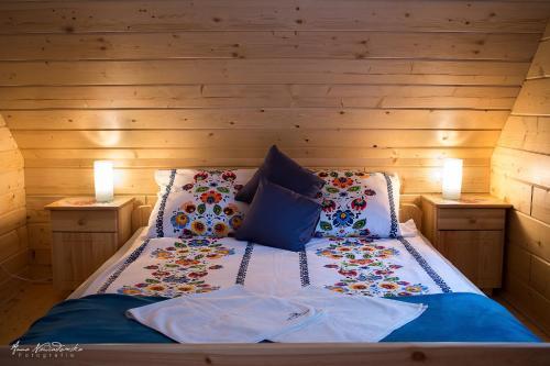 Łóżko lub łóżka w pokoju w obiekcie Borowikowe Zacisze drewniane domy z dostępem do balii i sauny
