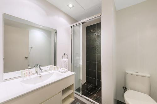 A bathroom at Macleay Hotel