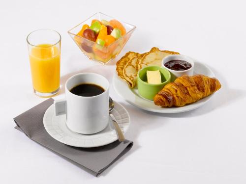 Breakfast options available to guests at Campanile Honfleur