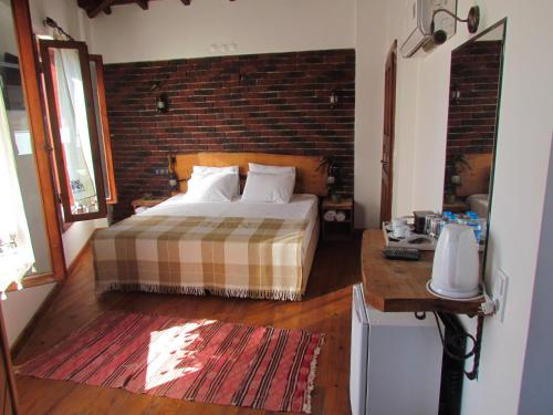 A bed or beds in a room at Amazon Petite Palace