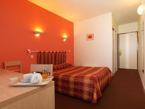 Кровать или кровати в номере Logis Horizon 117