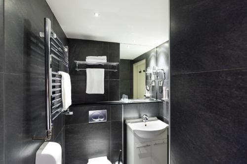A bathroom at Hotel de Duif Lisse - Schiphol
