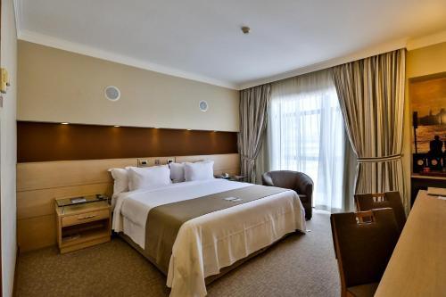 Cama ou camas em um quarto em Bourbon Santos Convention Hotel